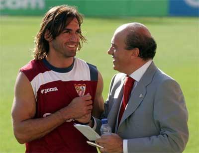 Sevilla FC: Javi Navarro y Del Nido conversan recientemente tras un entrenamiento