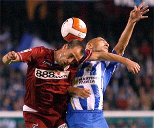 Sevilla FC: Duda trata de llevarse el balón en un salto con Manuel Pablo
