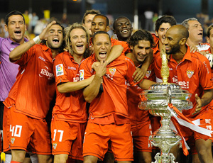 Sevilla FC: El equipo sevillista posa con el Trofeo Carranza del año 2009