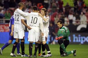 Sevilla FC: César parece simbolizar al zaragoza, que hincó la rodilla ante los sevillistas