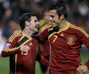 Sevilla FC: Negredo celebra con Mata uno de sus primeros goles con España