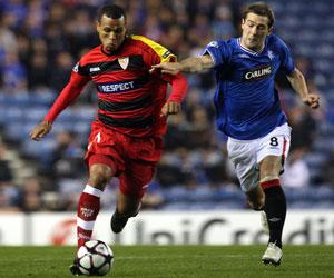 Sevilla FC: Luis Fabiano intenta marcharse de un jugador del Rangers en el partido de Glasgow de la pasada temporada