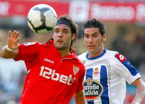 Sevilla FC: Sergio Sánchez defiende un balón ante el Deportivo de La Coruña