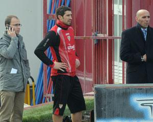 Sevilla FC: Drago junto al doctor Adolfo Muñoz en un entrenamiento