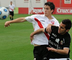 Sevilla FC: Luis Alberto tapa un balón durante un encuentro de la pasada temporada