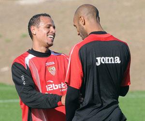 Sevilla: Luis Fabiano y Kanouté bromean en un entrenamiento