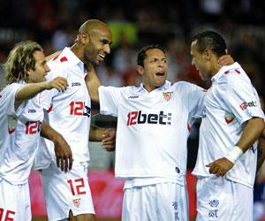 Sevilla FC: Luis Fabiano y Kanouté celebran con Adriano y Capel uno de los goles al Tenerife