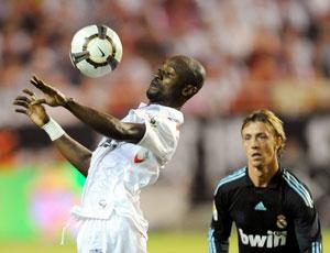 Sevilla FC: Zokora controla de pecho en Nervión frente al Madrid