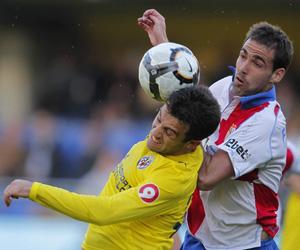 Sevilla FC: Fernando Navarro salta con un jugador del Villarreal