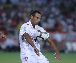 Sevilla FC: Luis Fabiano controla un balón en un partido de esta temporada