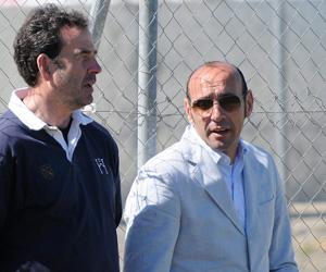 Sevilla FC: Monchi junto a Ramón Vázquez en un entrenamiento