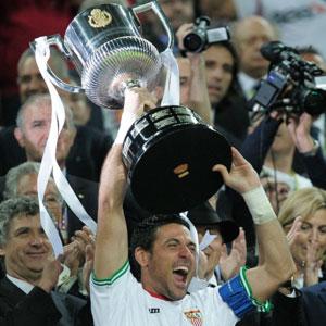 Sevilla FC: Palop levanta la Copa del Rey, tras recibirla de manos del Príncipe Felipe