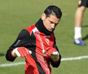 Sevilla FC: Palop estira durante un entrenamiento