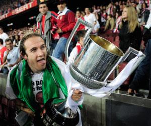 Sevilla FC: Diego Capel sostiene la Copa del Rey de 2010, en cuya final abrió el marcador