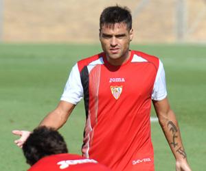Sevilla FC: Duscher hace un gesto durante un entrenamiento