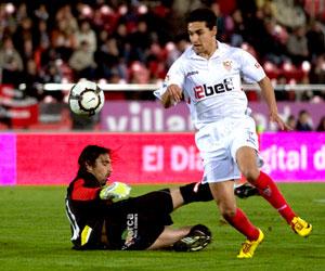 Sevilla FC: Navas se marcha de Aouate en el partido que el Sevilla le ganó al Mallorca