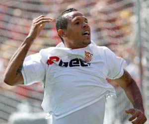 Sevilla FC: Luis Fabiano celebra el tanto marcado al Atlético de Madrid