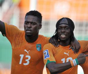 Romaric celebran un gol junto a un compañero de selección