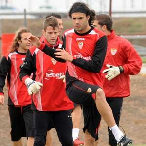 Sevilla FC: Sergio Sánchez en un entrenamiento con sus compañeros