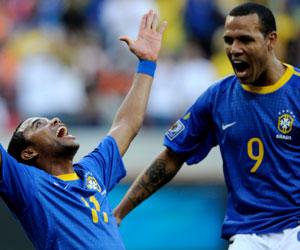 Sevilla FC: Luis Fabiano celebra con Robinho el gol brasileño frente a Holanda