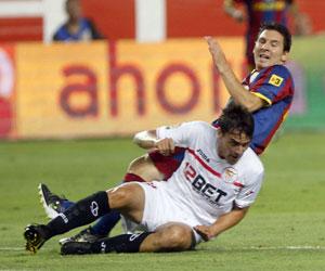 Cigarini le arrebata el balón a Messi