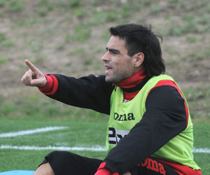 Sevilla FC: Duscher señala a un compañero durante un entrenamiento