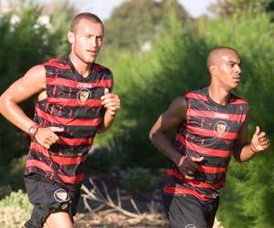 Sevilla FC: Guarente y Konko corren juntos ayer en el Real Club de Golf