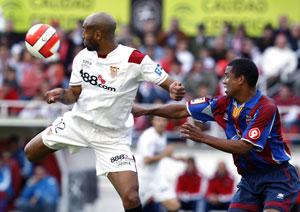 Sevilla FC: Kanouté trata de llevarse la pelota ante el levantinista Álvaro