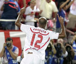 Kanouté celebra uno de sus dos goles frente al Barcelona