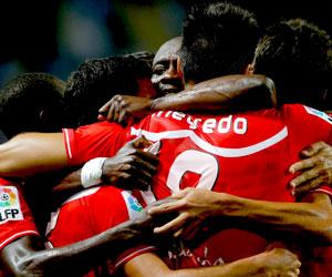 Los jugadores del Sevilla celebran uno de los goles del partido