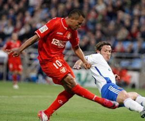 Luis Fabiano, en el momento de tirar a puerta en su gol