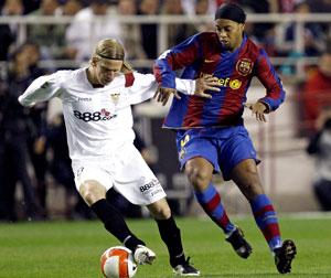 Sevilla FC: Poulsen gana una pugna con Ronaldinho