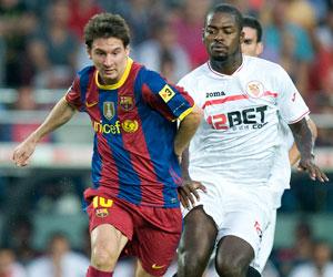 Sevilla FC: Romaric intenta tapar a Messi en el partido de vuelta de la Supercopa