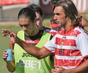Sevilla FC: Cáceres escucha las indicaciones de Javi Navarro durante un entrenamiento
