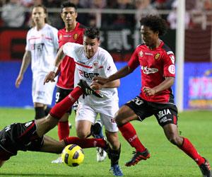 Sevilla FC: Cigarini intenta zafarse de dos rivales ante el Mallorca