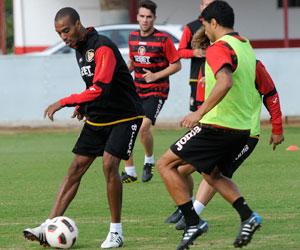 Sevilla FC: Konko toca un balón en un entrenamiento