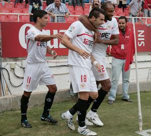Los jugadores sevillistas celebran el gol de Negredo
