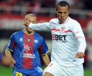 Sevilla FC: Luis Fabiano se dispone a disparar ante Reina para marcar el cuarto gol frente al Levante