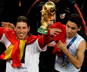 Sevilla FC: Navas junto a Sergio Ramos y el trofeo de campeones del Mundo