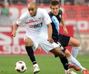 Sevilla FC: Kanouté controla el balón ante la presión del malaguista Camacho