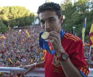 Sevilla FC: Navas muestra la medalla de Campeón del Mundo en el balcón del Ayuntamiento de Los Palacios