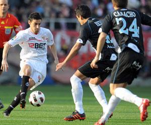 Sevilla FC: Navas intenta marcharse de dos jugadores del Málaga en la tarde de ayer