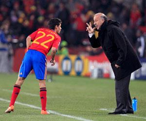 Sevilla FC: Jesús Navas escucha indicaciones de Del Bosque en un partido con España