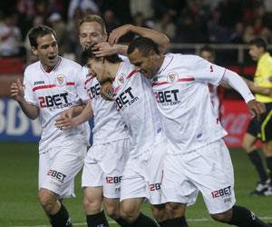 Luis Fabiano, Rakitic y Fernando Navarro felicitan a Perotti por su gol al Sporting