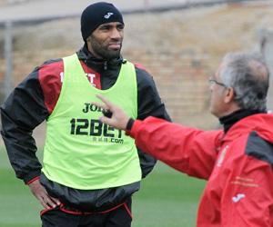 Sevilla FC: Kanouté dialoga con Manzano en un entrenamiento