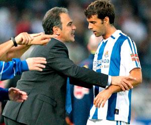 El técnico de la Real Sociedad, Martín Lasarte, dando instrucciones