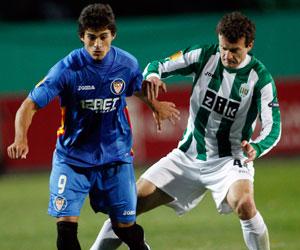 Sevilla FC: Perotti pelea un balón en el partido de Ucrania frente al Karpaty