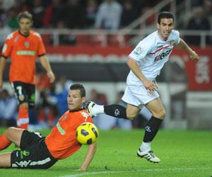 Sevilla FC: Alfaro disputa un balón en el partido ante el Valencia