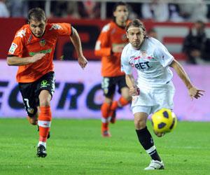 Sevilla FC: Diego Capel pelea un balón la pasada campaña ante el Valencia