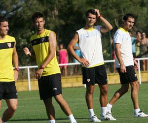 Sevilla FC: Los jugadores sevillistas en un descanso del entrenamiento de tarde del domingo
